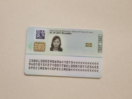 La première carte d'identité avec empreintes digitales délivrée à Lokeren