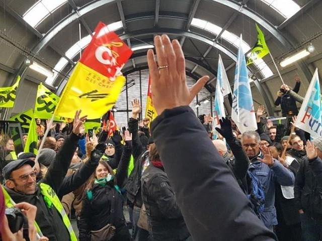 """""""Tous ensemble"""" : à Paris-Gare-de-Lyon, des profs se mêlent aux AG de cheminots"""