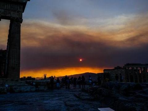Incendies en Grèce: L'Union européenne appelée à la rescousse envoie ses bombardiers d'eau