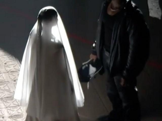 Kanye West et Kim Kardashian réunis? Il recrée leur mariage à son concert