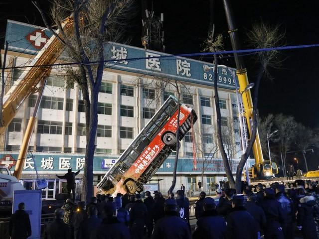 En Chine, un bus englouti par un trou dans la chaussée