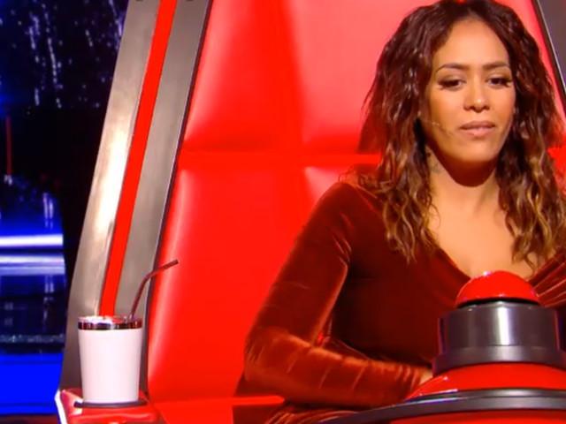 Amel Bent glamour en velours dans The Voice : le prix de sa tenue révélé