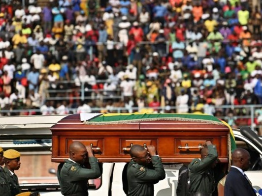 Hommage à l'ex-président Robert Mugabe lundi dans son village natal