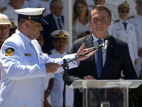 Brésil: propos ambigus de Bolsonaro sur l'armée et la démocratie