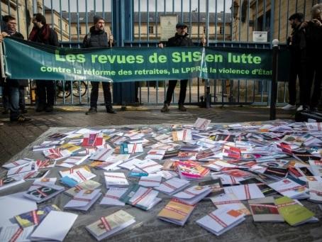 """Future loi sur la recherche: des chercheurs déposent des """"pages blanches"""" devant le ministère"""