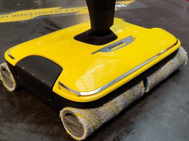 Test Nettoyeur de sol Kärcher FC 7 : 4 rouleaux pour décaper le sol