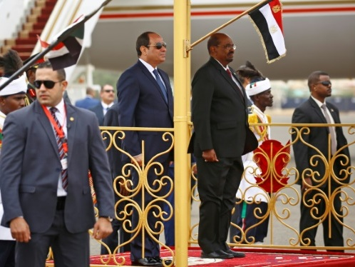 Béchir, contesté au Soudan, débute une visite au Caire