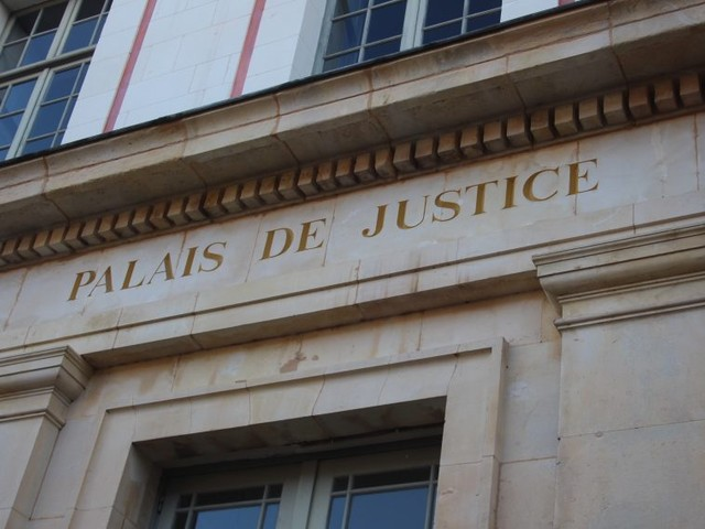 Coup de couteau devant une discothèque à Deauville : un an de prison pour deux hommes