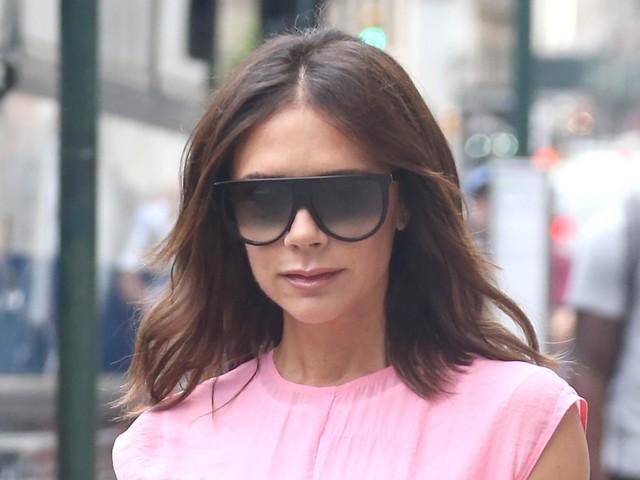 La robe rose bonbon de Victoria Beckham divise, qu'en pense-t-on ?