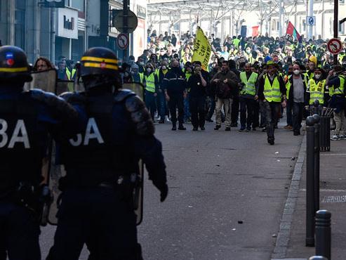 Nouvelle journée de manifestation de gilets jaunes à haut risque en France: les militaires déployés