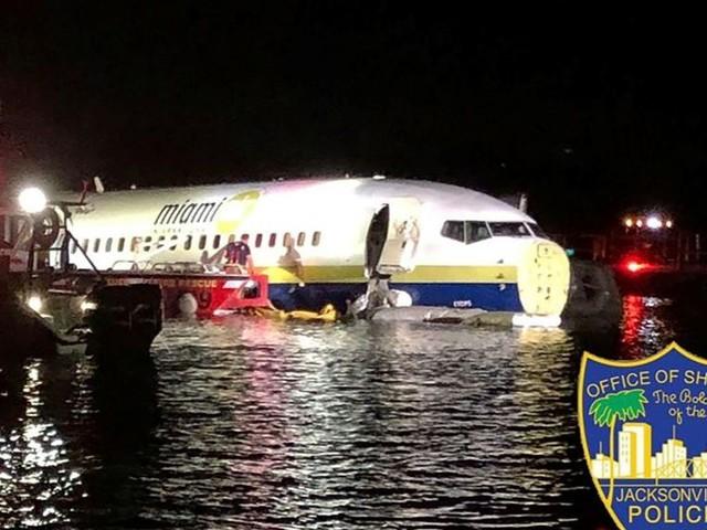 Un Boeing 737 rate son atterrissage et finit dans un fleuve en Floride