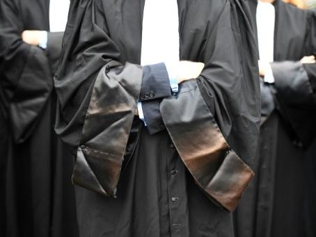 """Retraites: face au """"silence"""" du gouvernement, les avocats durcissent leur grève"""