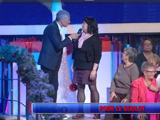 N'oubliez pas les paroles : Nagui reçoit une main aux fesses de la part d'une spectatrice (VIDEO)