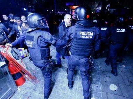 Primera Division - Clasico à Barcelone: la police charge des indépendantistes, 12 blessés