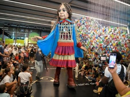 En escale à Marseille, Amal, marionnette syrienne, alerte sur le sort des enfants migrants