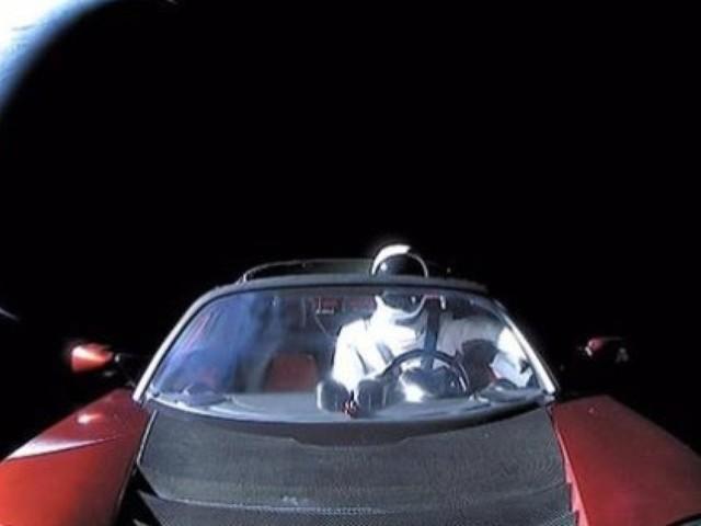 La dernière photo de la Tesla d'Elon Musk est bourrée de références geeks