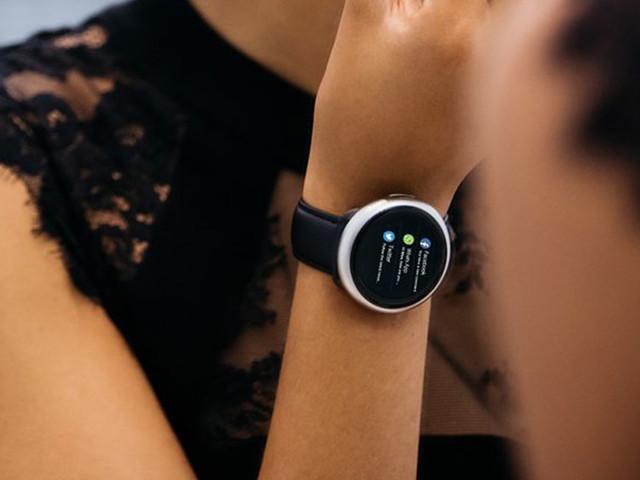 Prenez soin de vos proches en leur offrant cette montre connectée qui surveille leur santé