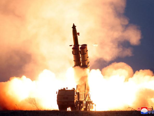 """Corée du Nord: Kim Jong Un a supervisé le test d'un """"lanceur de missiles multiples"""""""