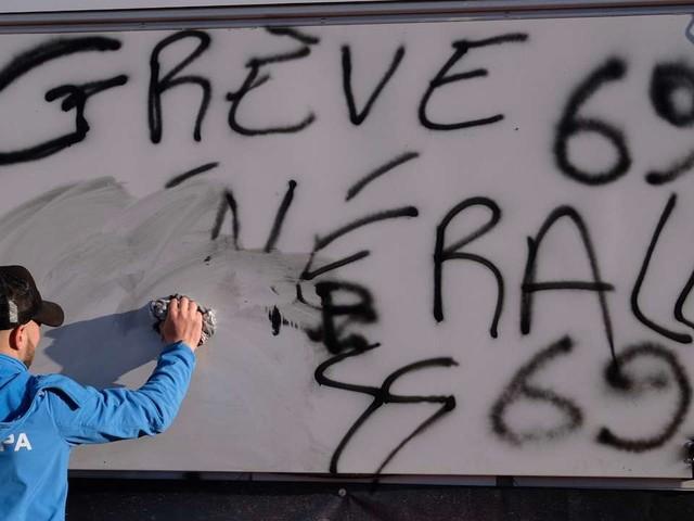 Retraites: entre concessions et fermeté, le double risque de Macron