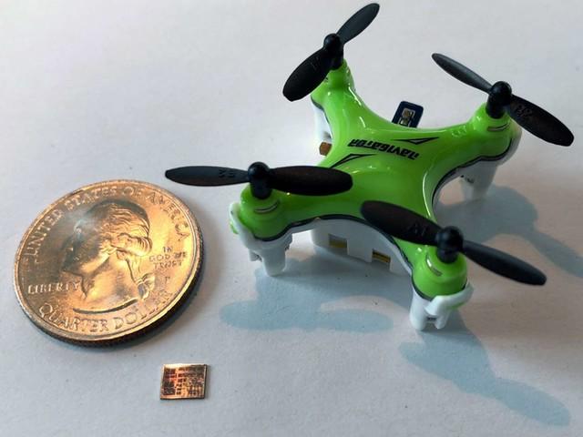 Des drones de la taille d'une abeille guidés par une puce miniature