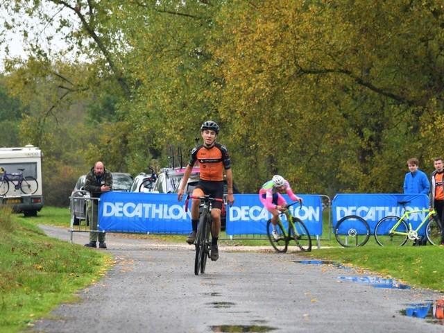Cyclo cross de Niffonds à Varennes-Vauzelles (58) - le samedi 23 novembre 2019- Catégories : Carte Vélo jeunes + Minimes - Départ 13h 30 / Cadets, Cadettes - Départ 14 h 15Toutes catégories - Départ 15heures (allées et chemins forestiers) - organisé par le Club Cycliste Varennes Vauzelles - Speaker : Thierry JACQUET + résultats et photos 2018- (Michel FIEVET - Thierry JACQUET)