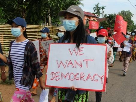 Aung San Suu Kyi entame un 4e mois en détention, nouvelles violences entre armée et rebelles