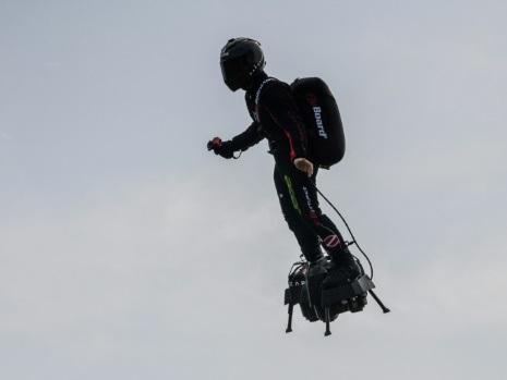 """Le Français """"volant"""" prêt à traverser la Manche sur son """"Flyboard"""""""