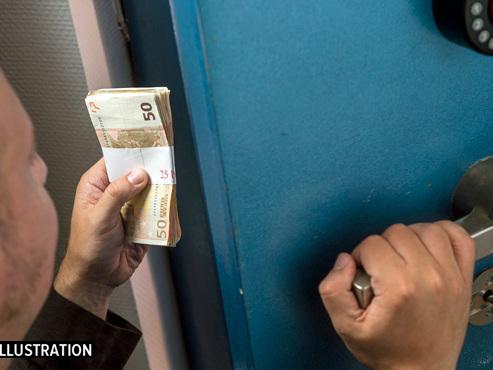 Histoire incroyable à Quiévrain: la commune décide de rouvrir un coffre-fort et trouve des liasses de billets