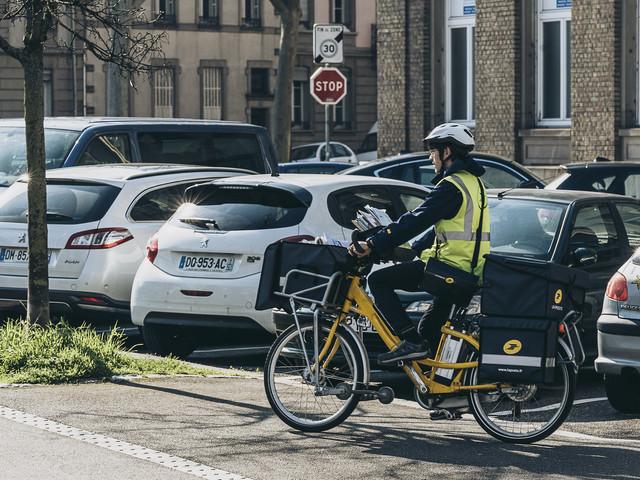 """""""Les personnes âgées qui nous disaient bonjour ne le font plus"""" : la semaine de Naël, facteur près de Mulhouse"""