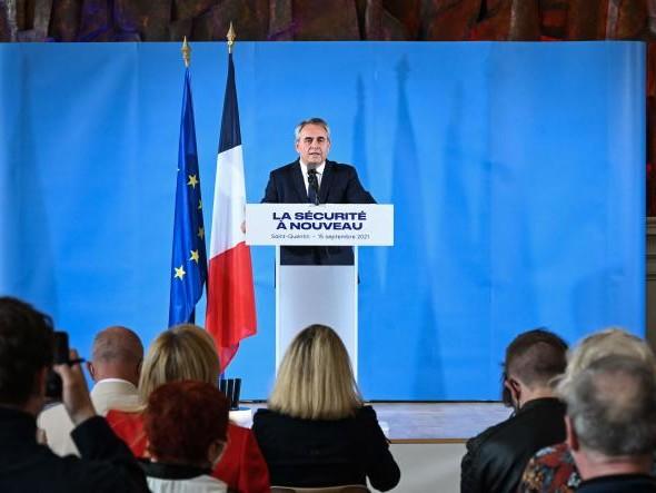Présidentielle: comment Xavier Bertrand cherche à se démarquer d'Emmanuel Macron sur la sécurité