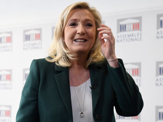 """Présidentielle 2022: Marine Le Pen peut-elle tenir son """"en même temps""""?"""