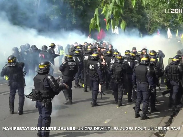 Gilets jaunes : un CRS devant les juges pour un jet de pavé