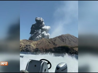 """Ils filment l'érruption du volcan en Nouvelle-Zélande et la PANIQUE à bord du bateau: """"Allez à l'interieur!"""""""