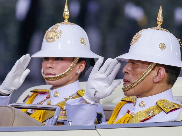 Coronavirus: le roi de Thaïlande se confine dans un hôtel avec son harem