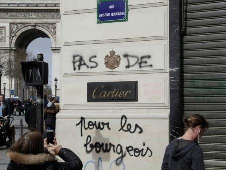 """Chez les commerçants des Champs-Elysées, """"on ne voit plus le bout du tunnel"""""""