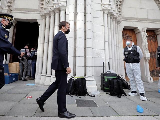 """Attentat de Nice - """"La France est attaquée"""", 7 000 militaires déployés, les églises et les écoles sous surveillance : ce qu'il faut retenir des annonces d'Emmanuel Macron"""