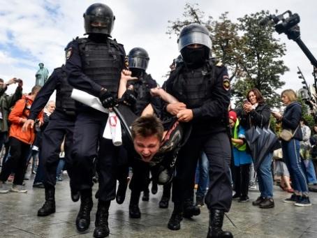 Manifestations à Moscou : premières lourdes condamnations pour violences contre la police