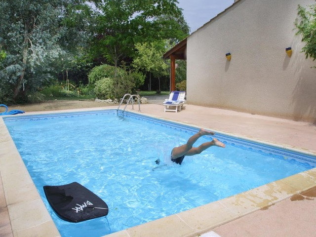 La Ciotat : elle se baigne en burkini, le propriétaire lui facture le nettoyage de la piscine
