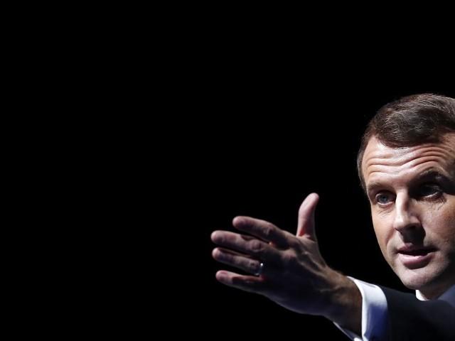 Macron refuse d'interdire les listes communautaristes, la droite hurle