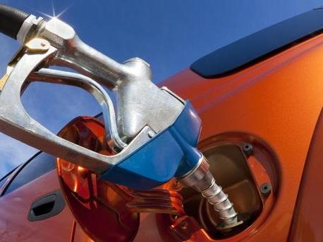 """Carburants : le gouvernement va """"veiller"""" sur les prix mais exclut tout retour d'une taxe flottante"""