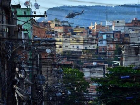 Brésil: des hélicoptères de la police sèment la terreur dans les favelas de Rio