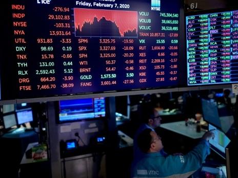 Wall Street, hésitante face au coronavirus, ouvre en baisse
