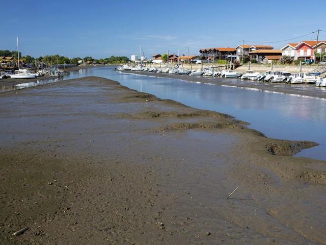 Gujan-Mestras: la préfète ne va pas stopper le transport des sédiments de dragage de La Teste à La Mole