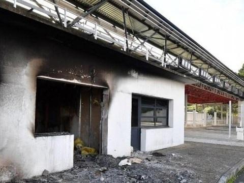 Gilets jaunes: Trente-cinq personnes arrêtées après l'incendie du péage de Bessan