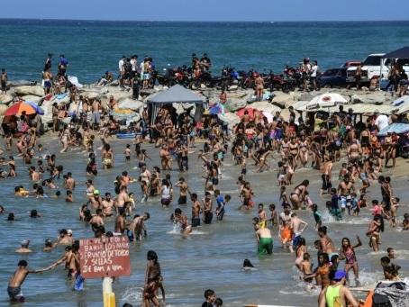 """A la plage au Venezuela: rhum, reggaeton et """"aucun changement"""" à l'horizon"""
