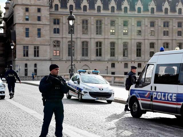 Attentat à la préfecture de Paris: cinq interpellations dans l'entourage du tueur