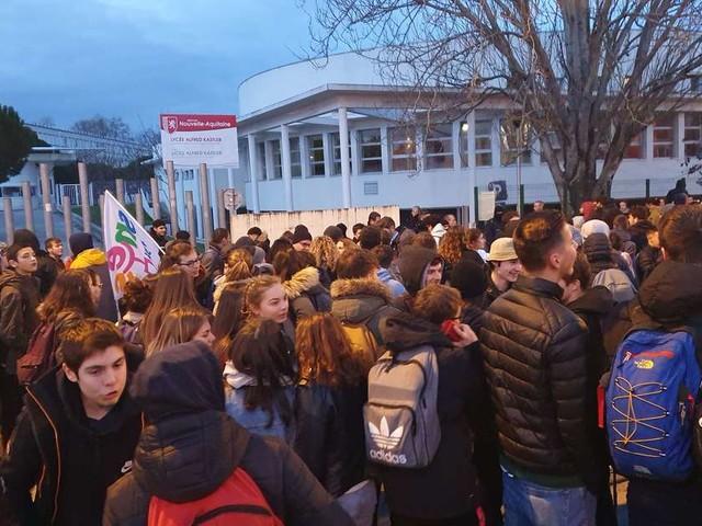 Vidéo. Réforme du bac : les élèves bloqués devant lycée Kastler de Talence ce mardi matin