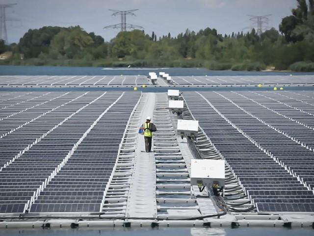 La première centrale solaire flottante de France s'installe en Provence