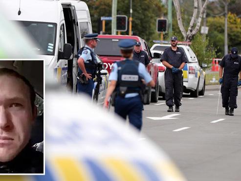 Officiellement inculpé, l'auteur du carnage en Nouvelle-Zélande, impassible, fait le signe des suprémacistes blancs