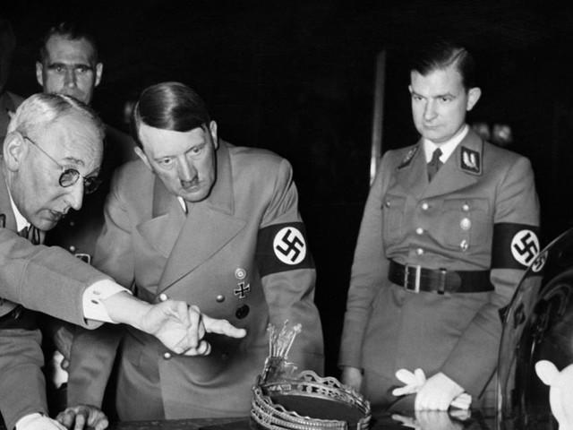 """En Allemagne, une vente aux enchères d'effets personnels d'Hitler fait polémique : """"Il fait vendre"""""""